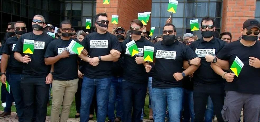 Delegados usam 'mordaça' e protestam contra Projeto de Lei — Foto: Reprodução/TV Anhanguera