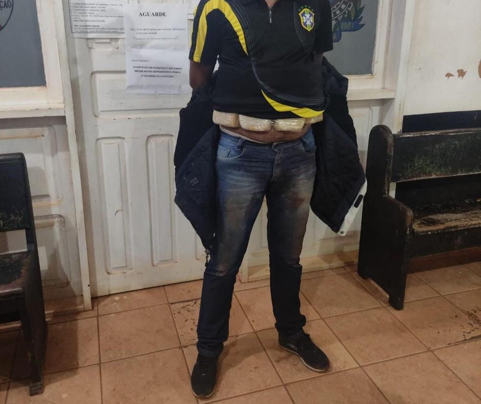 Suspeito foi preso com droga afixada ao corpo — Foto: BPFRON/Reprodução
