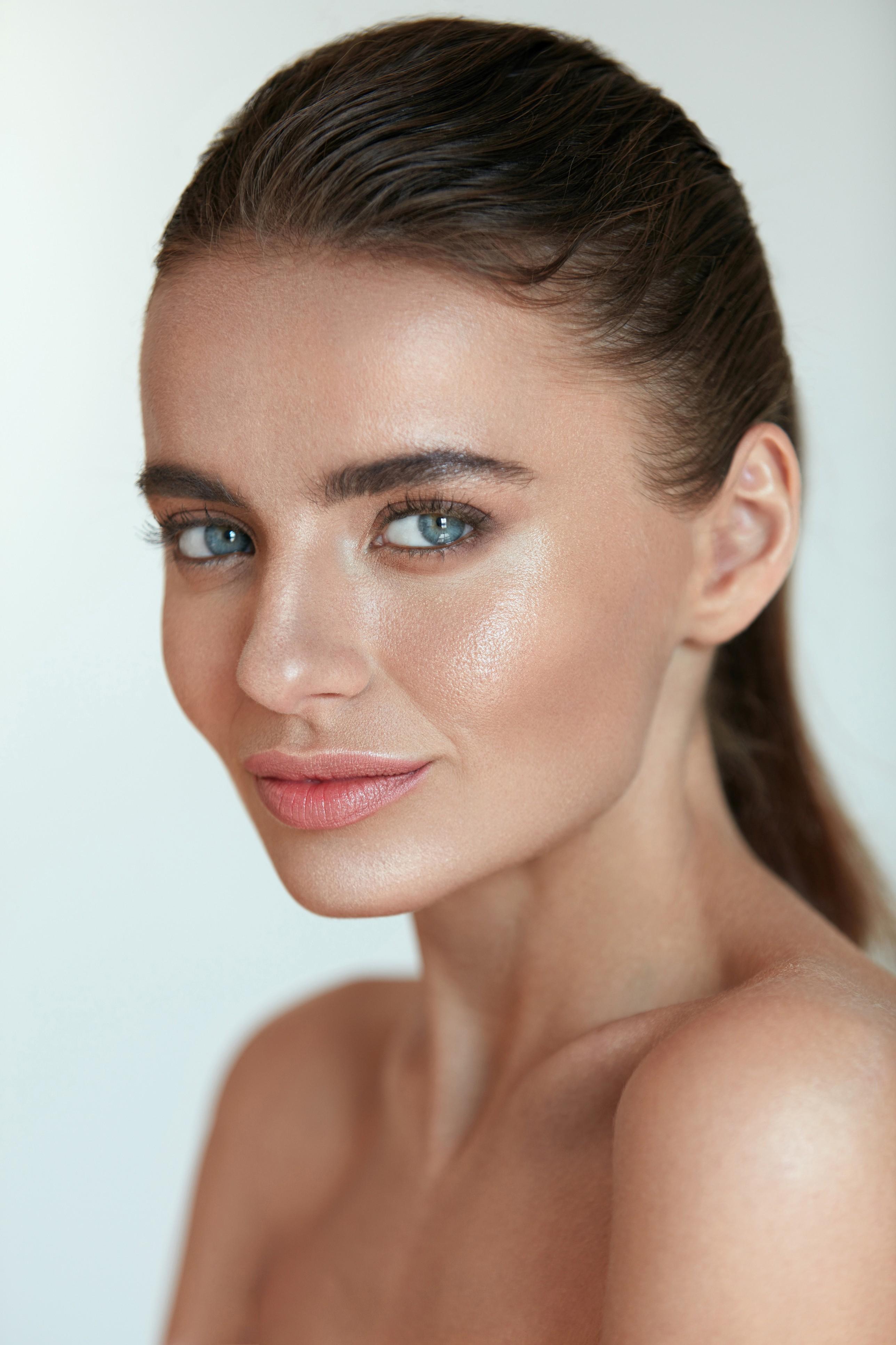 Pele com brilho e base menos marcada são tendência mais natural (Foto: Thinkstock)