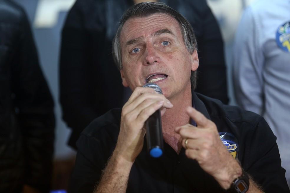 O candidato do PSL à Presidência da República, Jair Bolsonaro, durante coletiva realizada na sede da Associação Comercial da Central de Abastecimento do Rio (Ceasa), em Irajá, na zona norte do Rio de Janeiro, nesta terça-feira, 28. (Foto: WILTON JUNIOR/ESTADÃO CONTEÚDO)