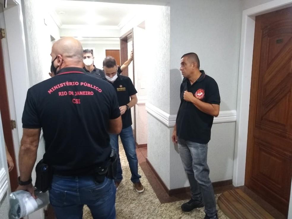 Agentes do Ministério Público chegam ao apartamento de Silas Bento em Cabo Frio, RJ, na manhã desta sexta-feira (23) — Foto: Paulo Veiga/Inter TV