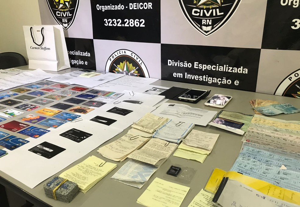 Cartões, cheques e outros documentos foram apreendidos com paulista de 51 anos em Natal (Foto: Klênio Galvão/Inter TV Cabugi)