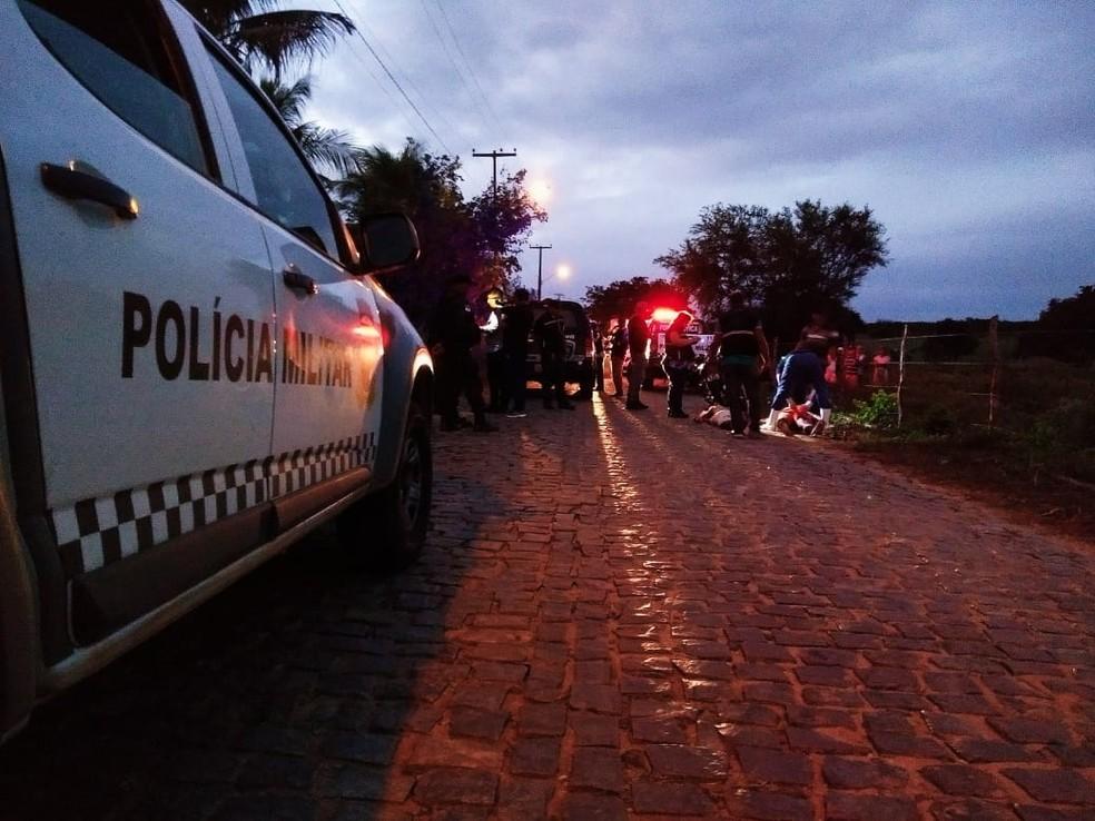 Homens foram mortos na estrada que dá acesso à comunidade de Guanduba, em São Gonçalo do Amarante, Grande Natal (Foto: Acson Freitas/Inter TV Cabugi)