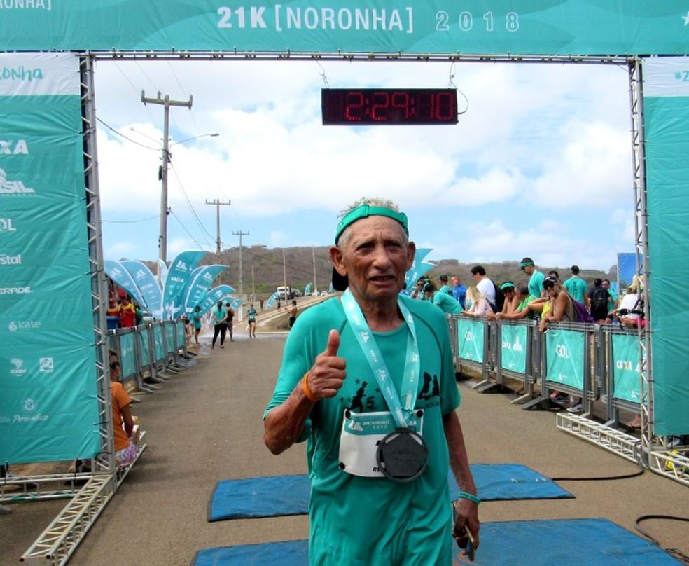 Seu Renê Jerônimo, atleta da terceira idade da ilha, fez a prova de 21 quilômetros  — Foto: Ana Clara Marinho/TV Globo