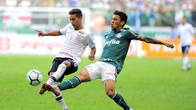 Pedrinho disputa lance com Marcos Rocha