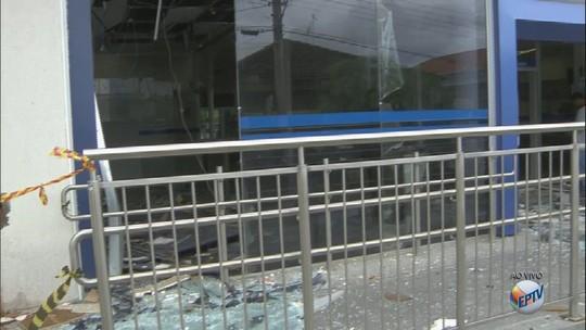Assaltantes armados com fuzis invadem quatro agências bancárias em Caconde, SP