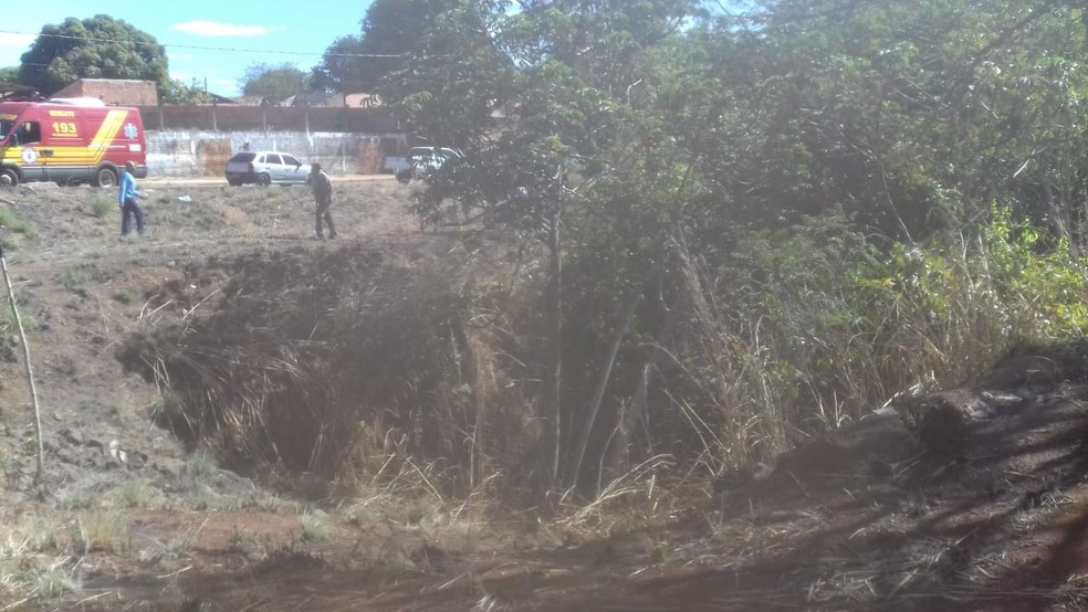 Corpo de homem foi encontrado dentro de cratera — Foto: Aurora Fernandes/TV Anhanguera