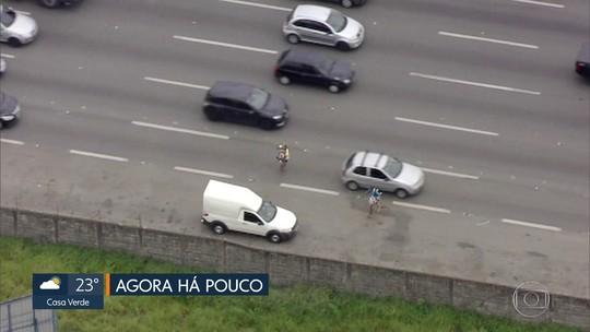 Vendedores ambulantes se arriscam entre veículos na Rodovia Castello Branco; vídeo