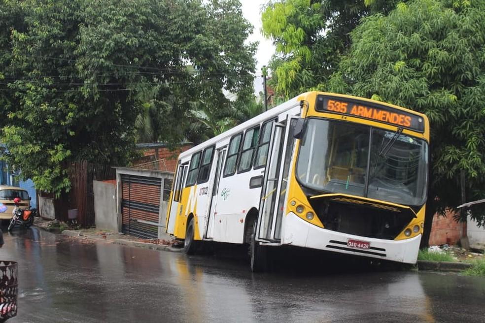 De acordo com testemunhas, veículo subia ladeira quando perdeu força e desceu via desgovernado.  — Foto: Eliana Nascimento/G1 AM