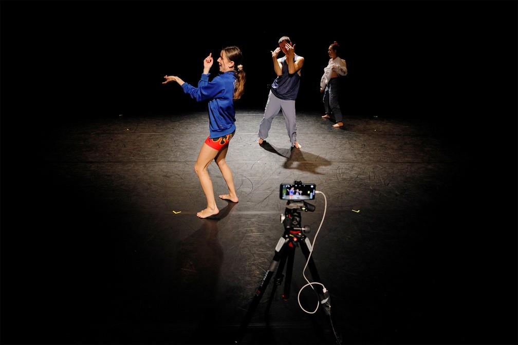 22 de agosto - Os dançarinos Lavinia Vago, Thomas House e Kate Wallish participam de uma transmissão por stream de 'Dance Church Go', uma escola de dança que dá aula por streaming, em Seattle, nos EUA. A transmissão de domingo (22), feita ao vivo pela internet, teve mais de mil espectadores. Os organizadores pedem contribuições dos participantes — Foto: Brian Snyder/Reuters