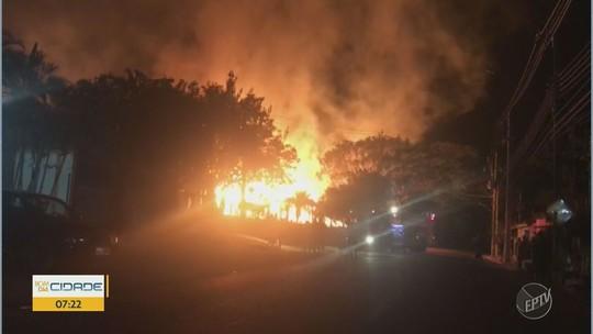 Depósito de sofás pega fogo em Mogi Guaçu