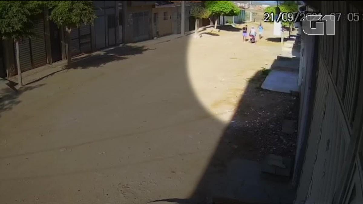 Mulher e filho são assaltados no caminho da escola em Santa Cruz do Capibaribe; veja vídeo