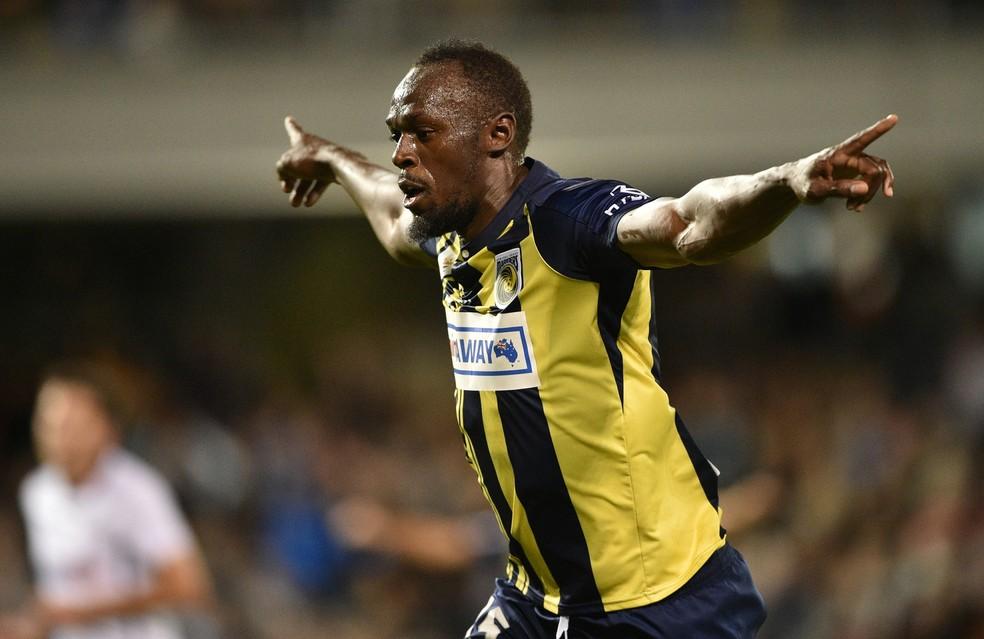 Usain Bolt comemora os dois primeiros gols como jogador �- Foto: PETER PARKS / AFP