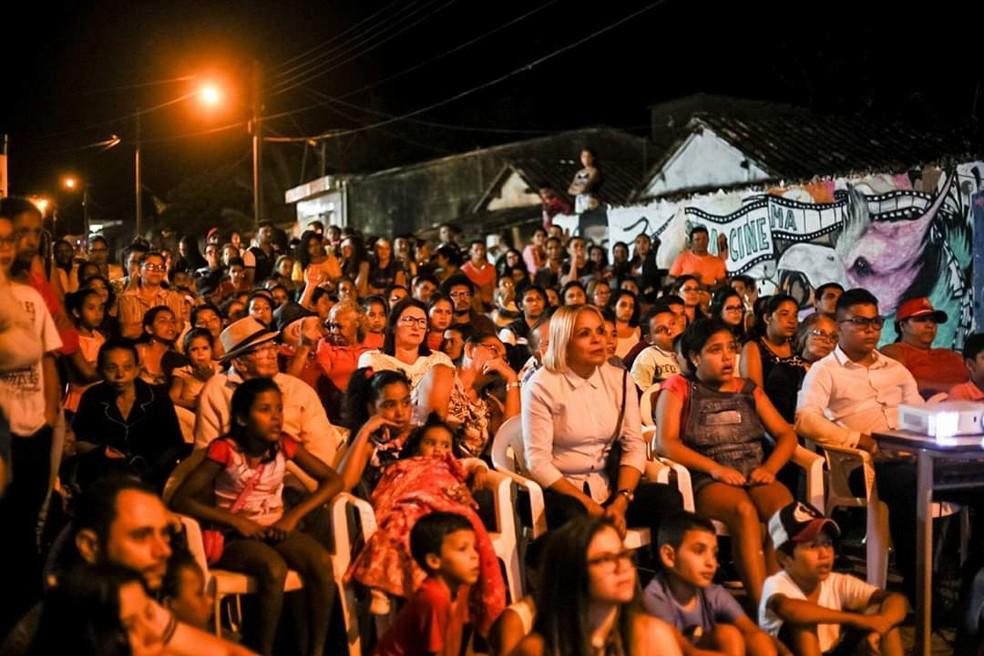 Filmes feito pelas crianças e jovens são exibidos durante Mostra de Cinema de Mata Lima, na praça pública do distro em Areia, na PB — Foto: Thiago Rodrigues/Arquivo Pessoal