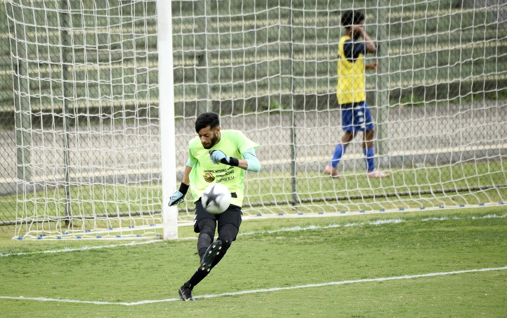 Gabriel, goleiro do Atlético Mogi durante a partida contra o Manthiqueira — Foto: Marcos Ribolli