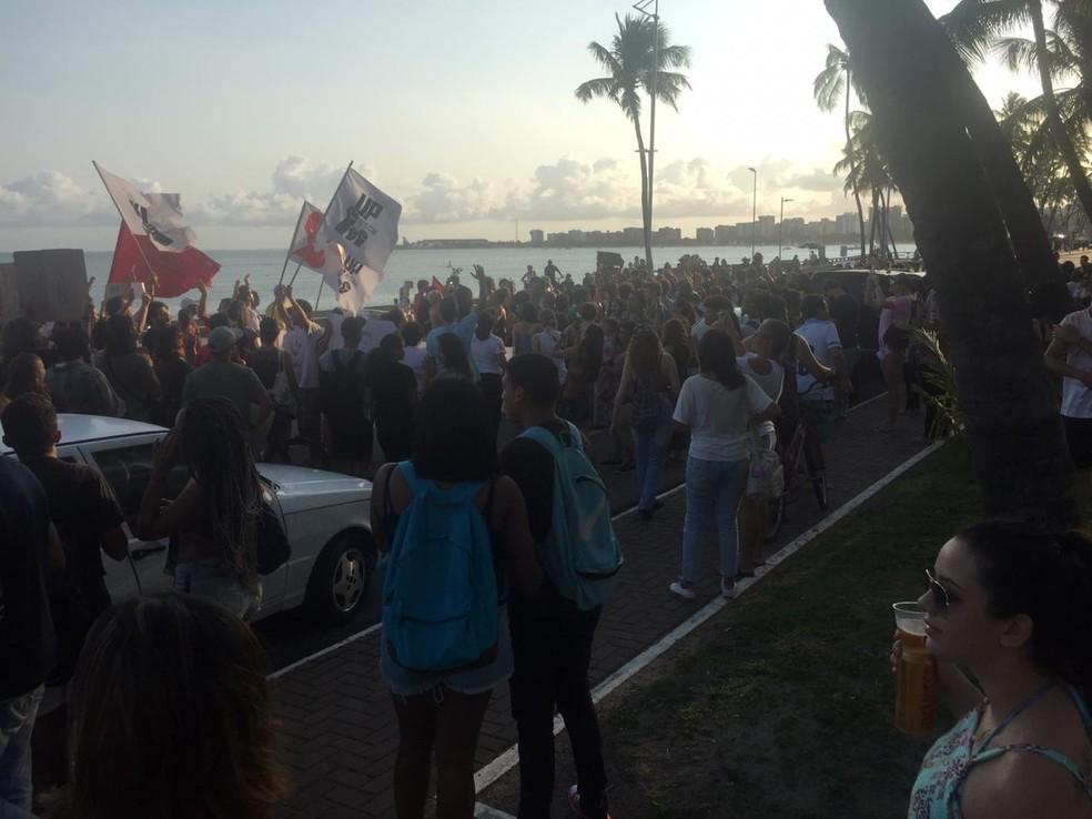 Manifestantes fazem ato na orla de Maceió — Foto: Roberta Cólen/G1