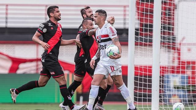 Jogadores do Atlético-GO comemoram gol contra o São Paulo