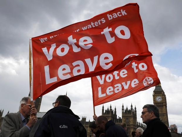 Manifestantes a favor da saída do Reino Unido da União Europeia exibem cartazes em Londres (Foto: Stefan Wermuth)