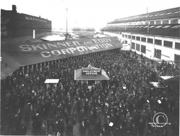 Trabalhadores reunidos em manifestação durante greve em Seatlle, em 1919
