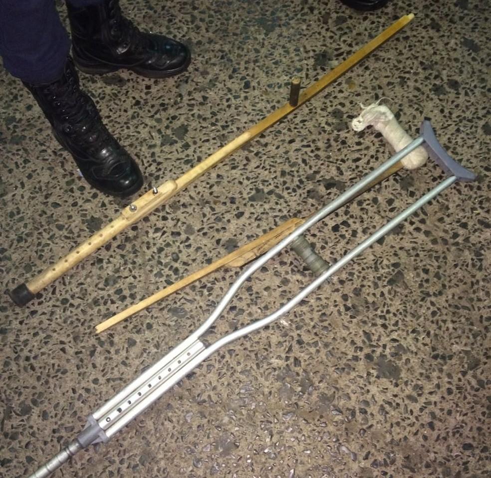 Muleta que a vítima usada foi quebrada na ação (Foto: Divulgação/Guarda Municipal)
