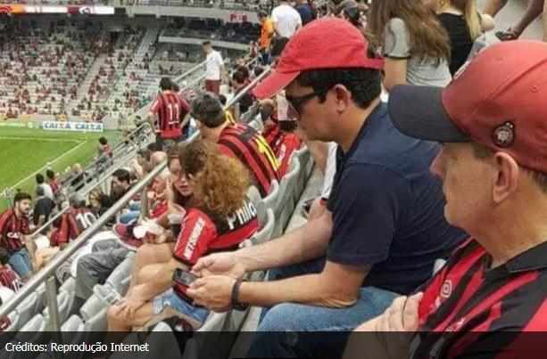 Sergio Moro de boné vermelho e óculos escuros na torcida do Furacão