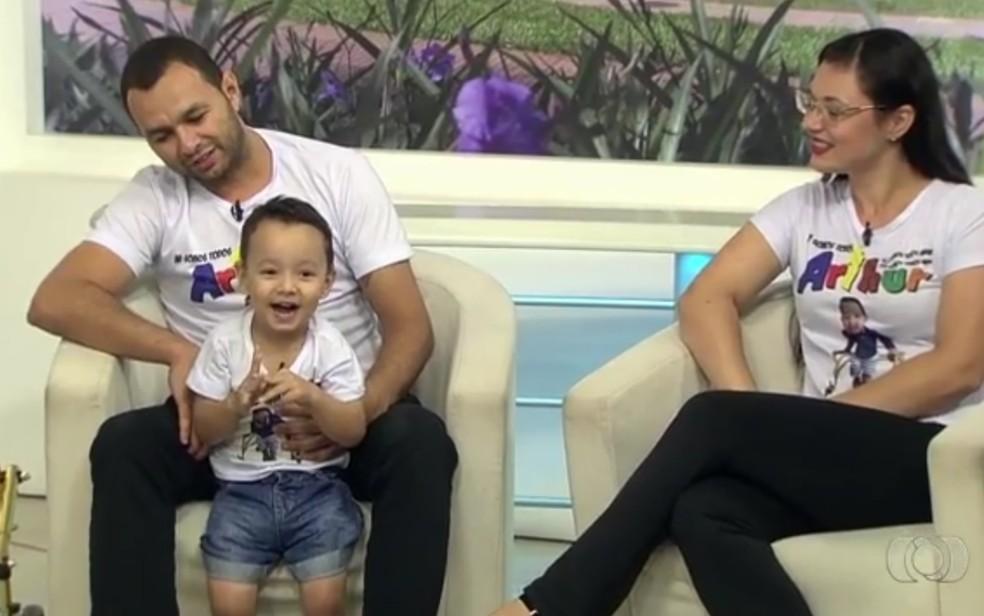 Família faz campanha para conseguir pagar cirurgia nos EUA para menino que não consegue andar, em Goiânia, Goiás (Foto: Reprodução/TV Anhanguera)