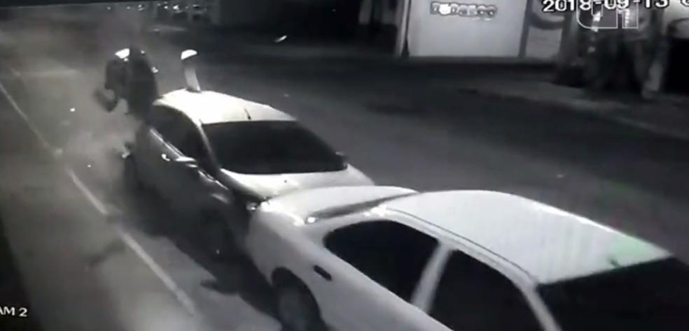Moto bate na traseira de carro estacionado em avenida de Araçatuba — Foto: Reprodução/Câmera de segurança