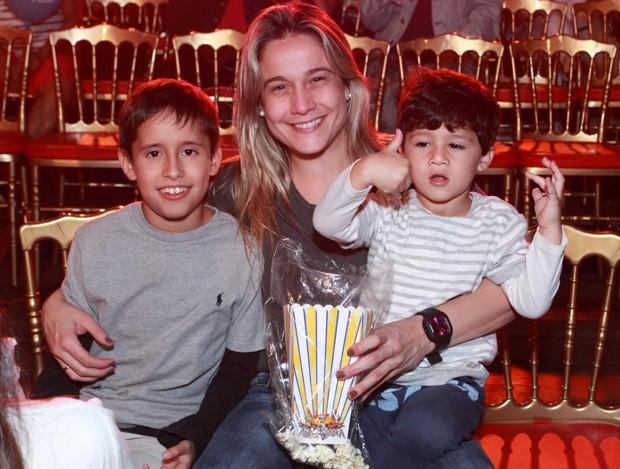 Fernanda Gentil com Lucas e Gabriel (Foto: Thyago Andrade/Brazil News)