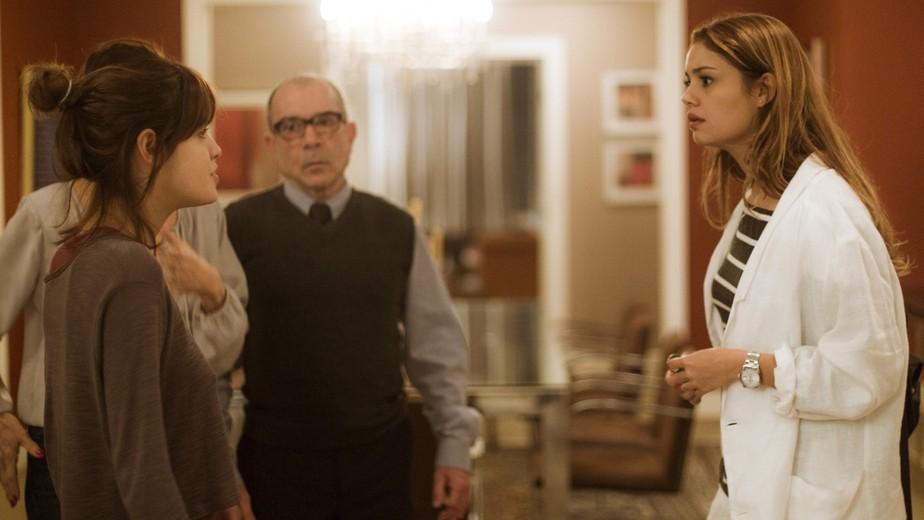 Alice fica nervosa ao saber que Vitor viajou com os filhos