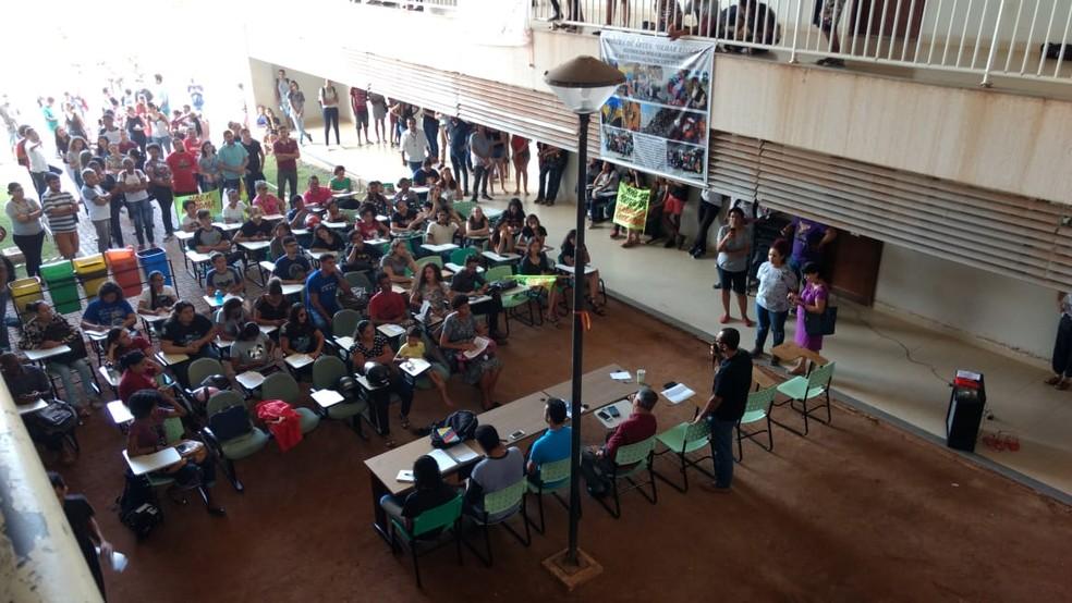 Manifestantes se reuniram dentro do campus da UFT em Araguaína — Foto: Claudemir Macedo/TV Anhanguera