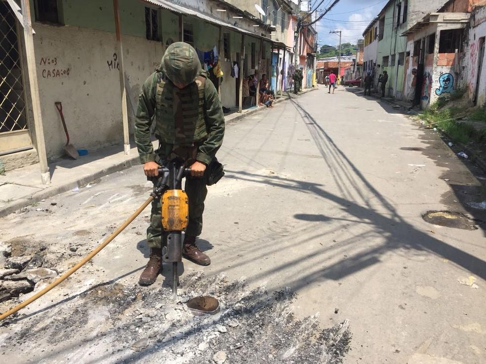 Militares retiram barricadas na Vila Kennedy (Foto: Divulgação)