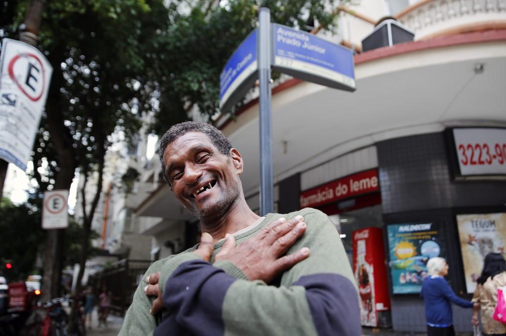 Sorridente Capoeira reencontrou a idosa que ajudou em Copacabana  — Foto: Marcos Serra Lima/G1