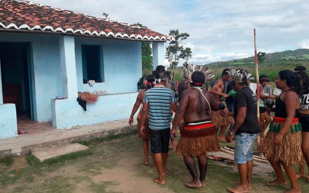 Indígenas que ocupavam a fazenda da família de Geddel  (Foto: Divulgação/Polícia Militar)