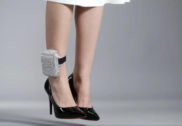 Capa personalizada de tornozeleira eletrônica. Produto faz parte de catálogo da Loja da Corrupção (Foto: Reprodução/YouTube)