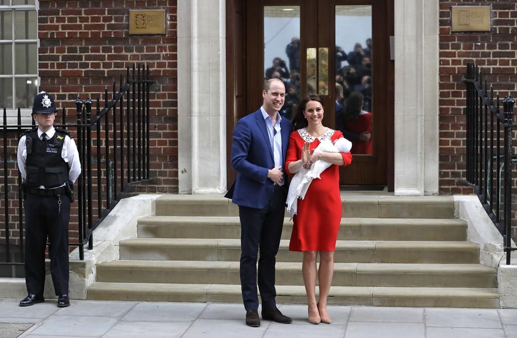 A duquesa de Cambridge Kate Middleton e o príncipe William mostram seu filho recém-nascido à mídia em frente ao Hospital St Mary, no centro de Londres, na Inglaterra — Foto: Kirsty Wigglesworth/AP