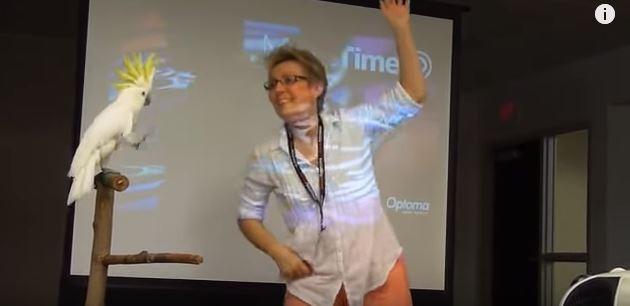 Ave dança ao lado de sua criadora (Foto: Reprodução/Youtube)