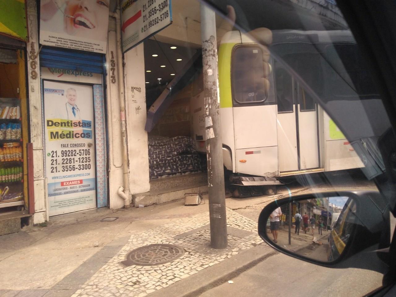 Ônibus sobe calçada e invade loja em frente à estação de trem do Méier, na Zona Norte do Rio