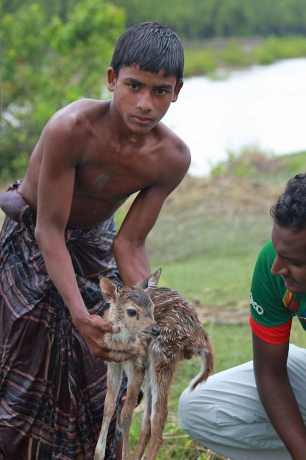 Belal mostra o cervo a salvo após o resgate (Fot Caters News/The Grosby Group)
