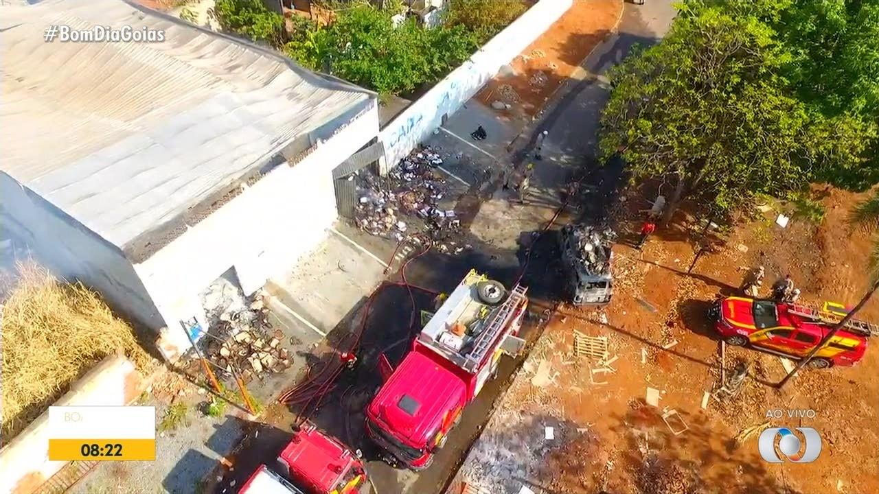 Moradores têm que sair das casas vizinhas a fábrica que pegou fogo em Aparecida de Goiânia