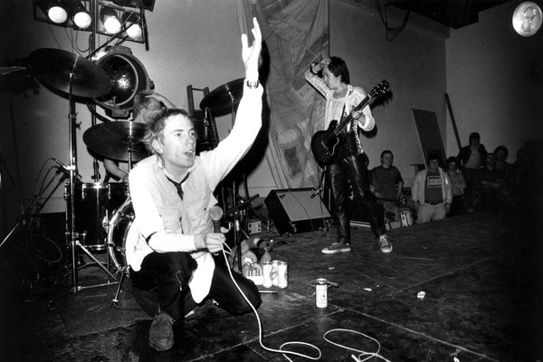O músico Johnny Rotten com seus colegas do Sex Pistols (Foto: Getty Images)