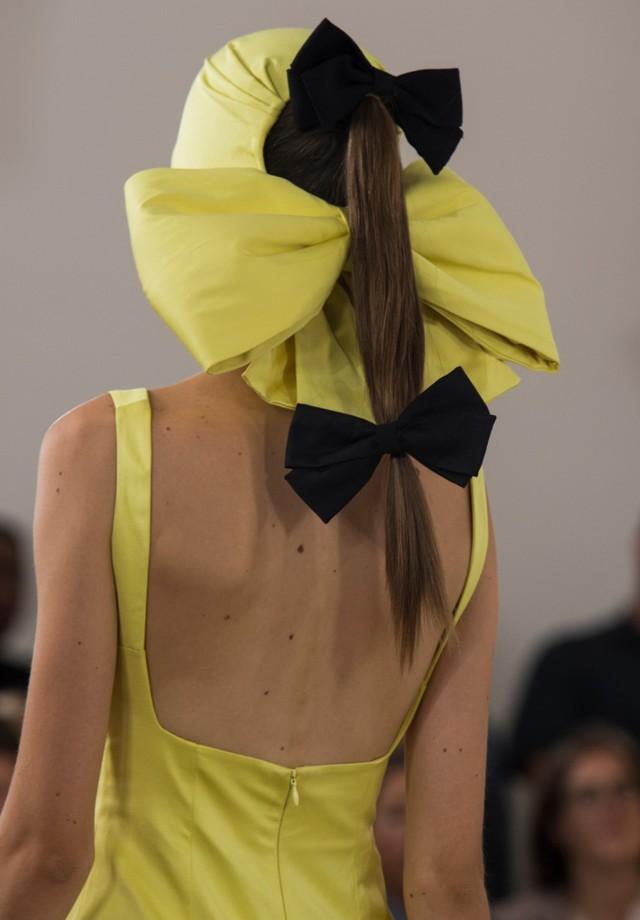 Laços na Semana de Moda de Londres (Foto: Imaxtree)