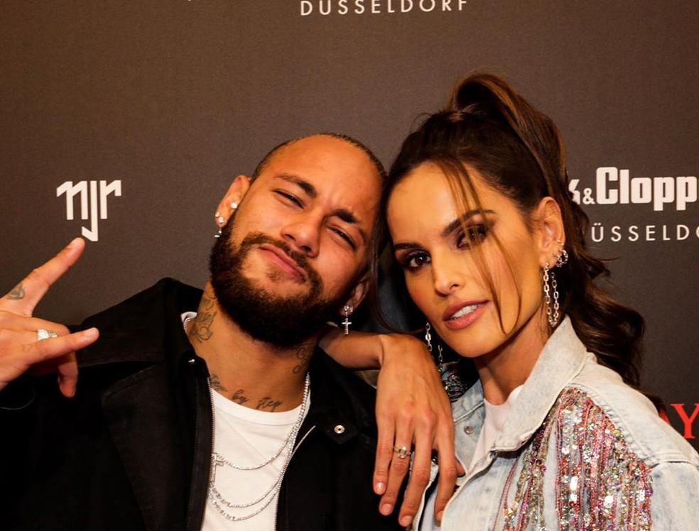 Neymar, ao lado da modelo Alessandra Ambrosio, durante evento em Dusseldorf, na Alemanha, nesta quinta — Foto: Reprodução/Instagram
