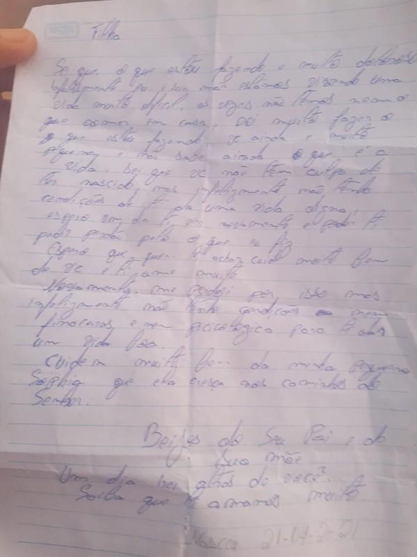 Recém-nascida é encontrada em caixa de papelão em Salvador com carta escrita por possíveis pais — Foto: Divulgação / PM