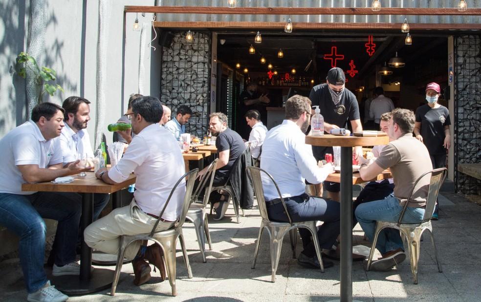 Movimentação de pessoas em restaurantes na região da Vila Olímpia, na zona sul de São Paulo (SP) — Foto: ANDRÉ RIBEIRO/FUTURA PRESS/ESTADÃO CONTEÚDO
