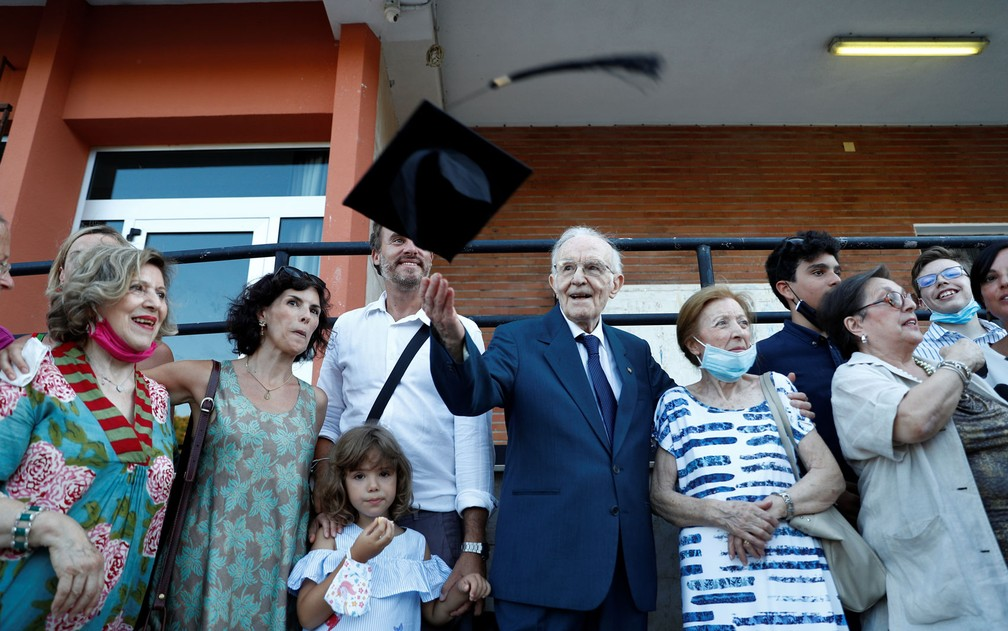 Giuseppe Paterno comemora sua formatura ao lado da família, na Universidade de Palermo, na Itália, em 29 de julho — Foto: Reuters/Guglielmo Mangiapane