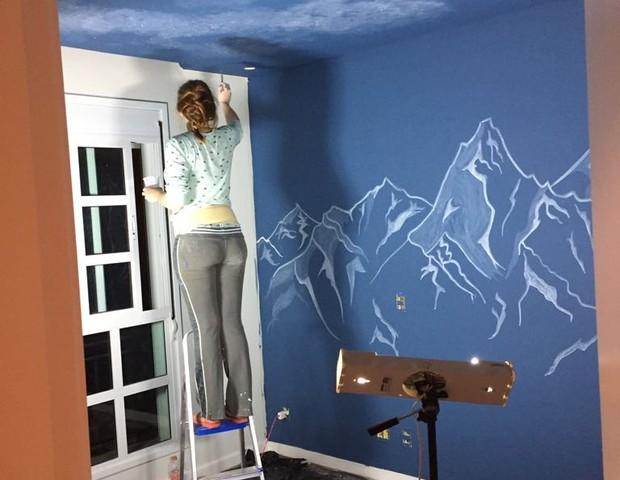 A mãe de Benício, Thaís, foi quem pintou as paredes e o teto do quarto (Foto: Arquivo Pessoal)