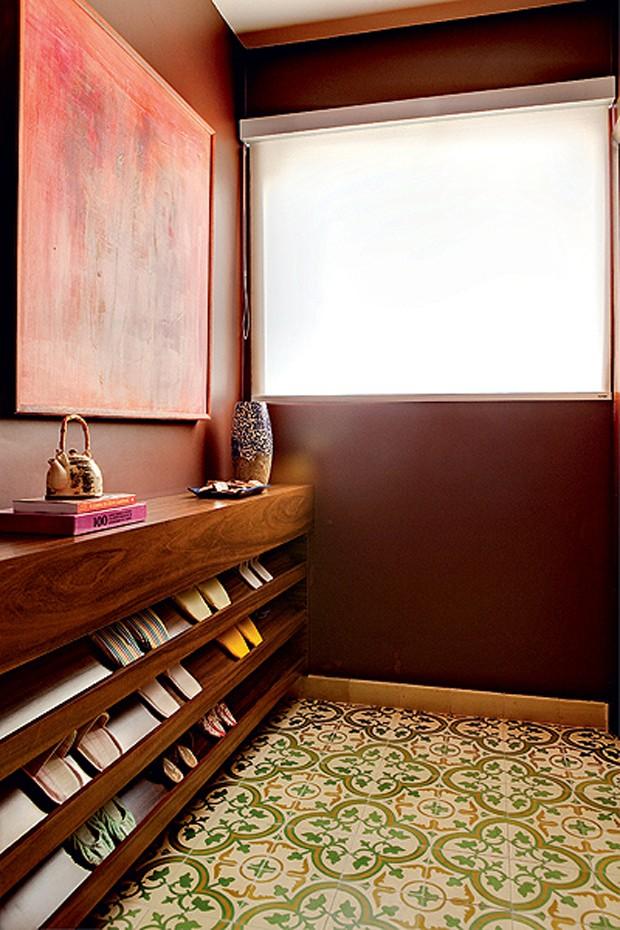 O hall de entrada deste apartamento passa a sensação de fazenda aos convidados. O ladrilho hidráulico com motivo de flor de lótus dá um ar nostálgico ao ambiente. Repare na graça da sapateira (Foto: Edu Castello/Casa e Jardim)