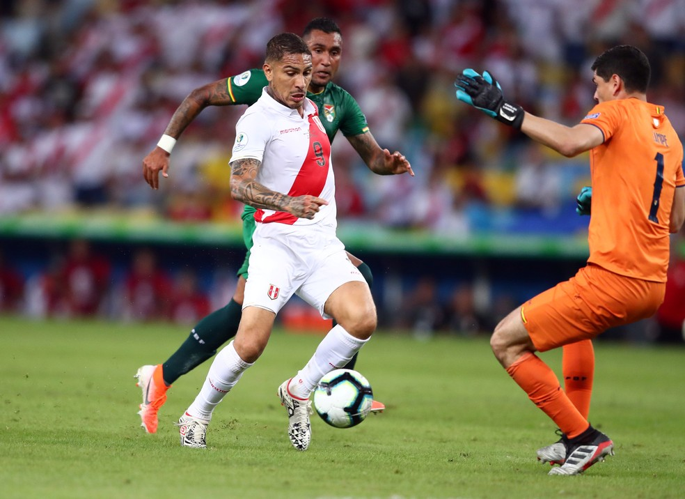 Guerrero em ação contra a Bolívia — Foto: Reuters