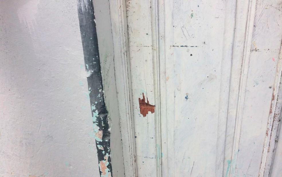 Suposta marca de tiro na frente da casa de artista em Candeias (Foto: Juliana Almirante/G1)