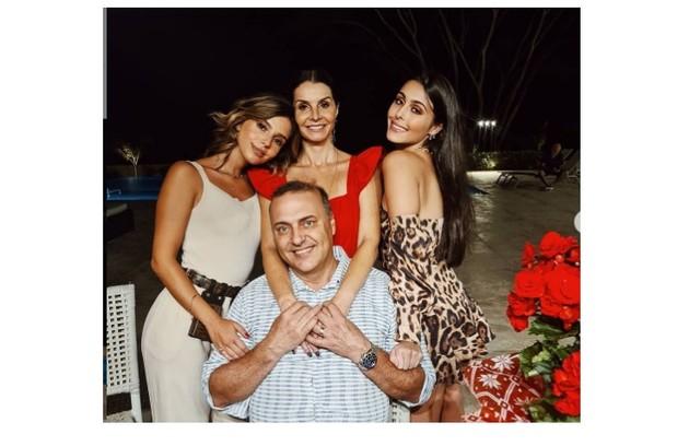 Giovanna Lancellotti passou o Natal com a irmã, Gabriella, com a mãe e com o padrasto (Foto: Reprodução)